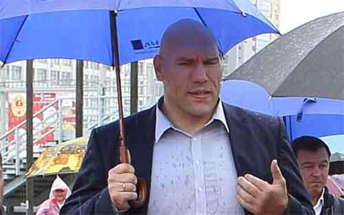 Николай Валуев: несмотря на дождь и ветер, мы вручаем новые значки