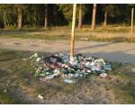 Прогулочная тропа вдоль берега, мусор (фото Куделенского Олега, Челябинск)